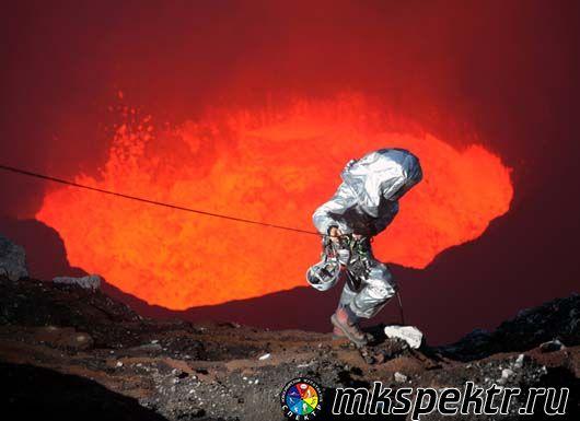 Спуститься в действующий вулкан.